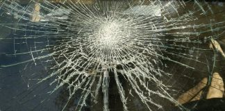 Broken-Windshield - Photo: © Copyright VLADJ55/Shutterstock